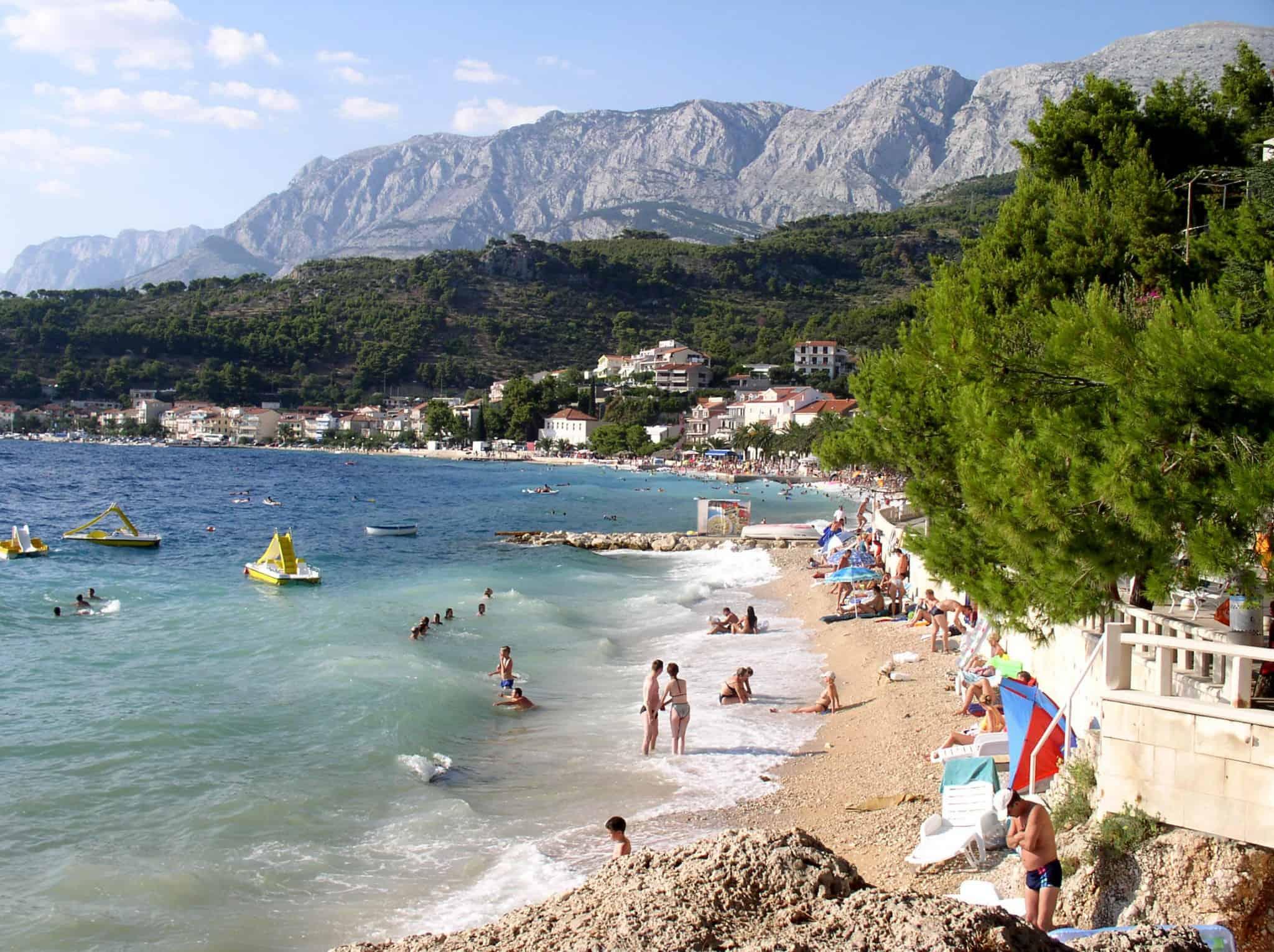 חוף רחצה בדלמטיה על הים האדריאטי, ברקע רכס ה-Bikovo